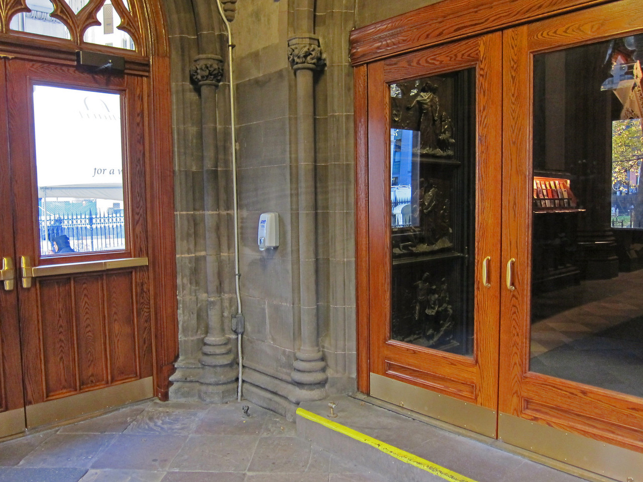xTrinity Wall Street Church_2013-11-20_4660_north entryway vestibule, Broadway on left, church entrance on right