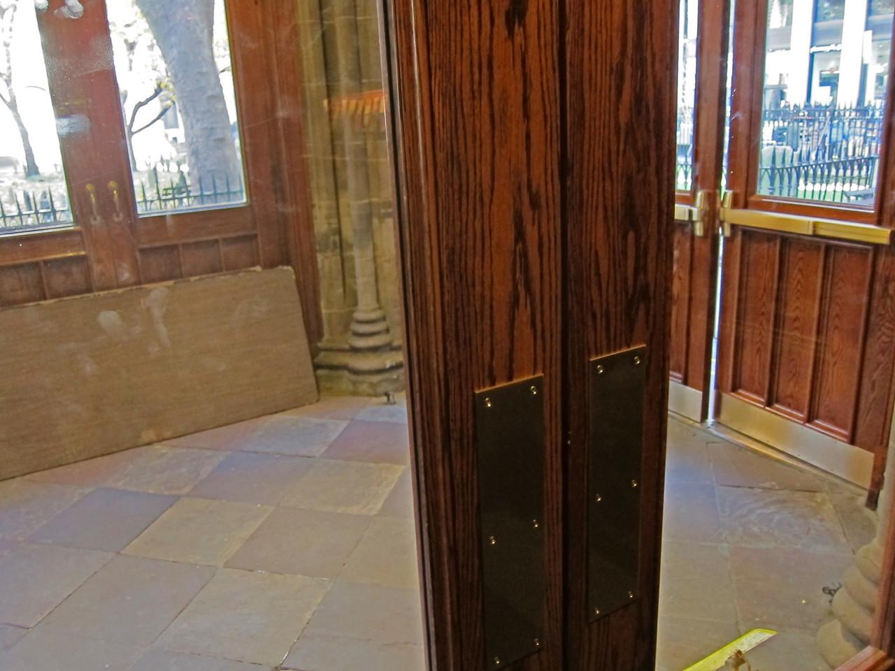 xTrinity Wall Street Church_2013-11-20_4659_north entryway vestibule, Broadway on right