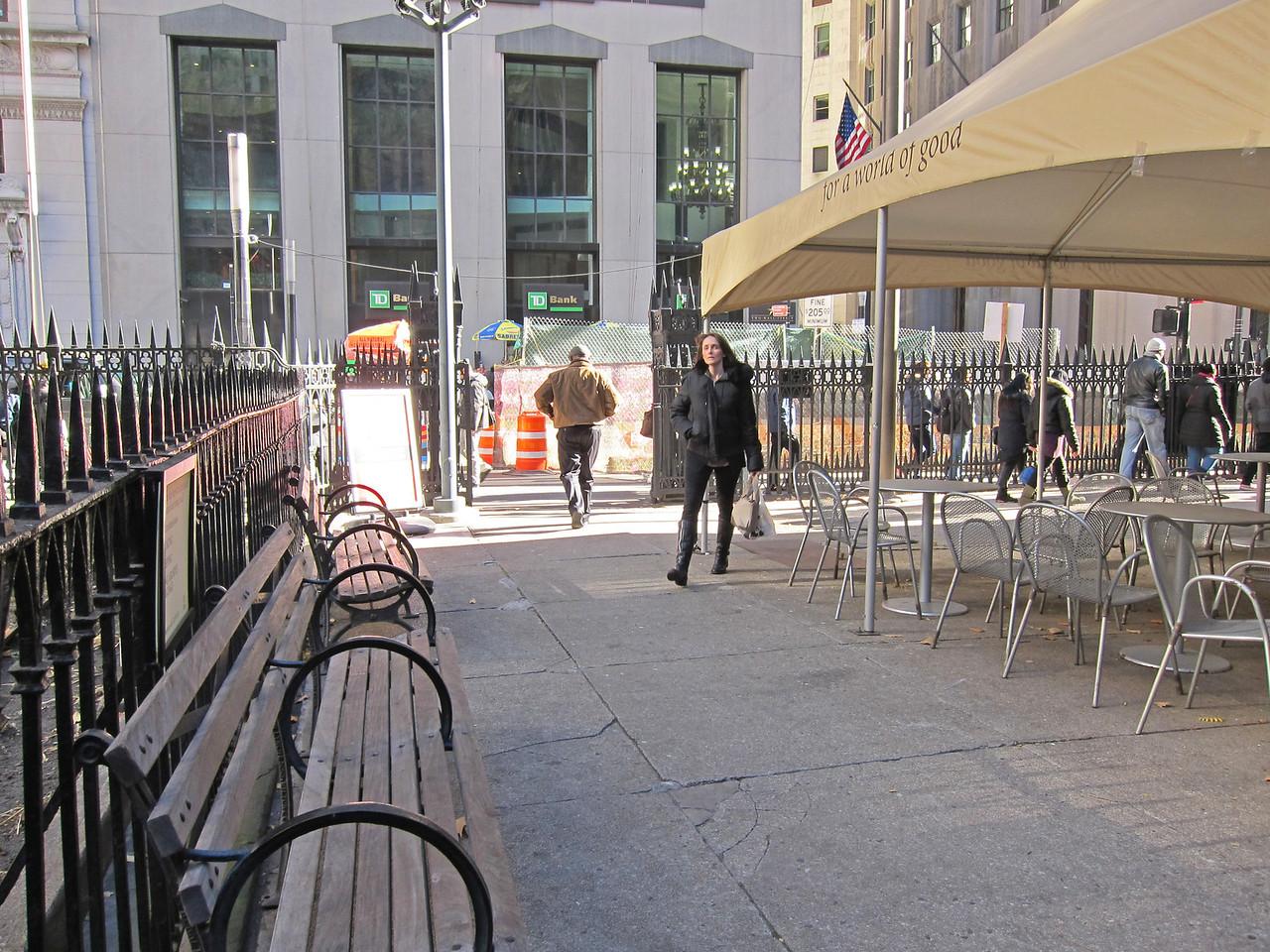 xTrinity Wall Street Church_2013-11-20_4664_outside north entryway looking at Broadway gates